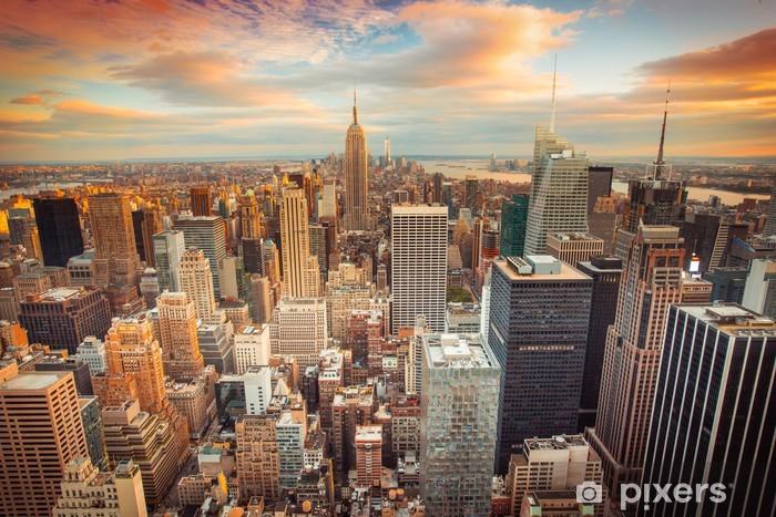 Sticker pour porte Coucher de soleil sur New York donnant sur le centre de Manhattan -