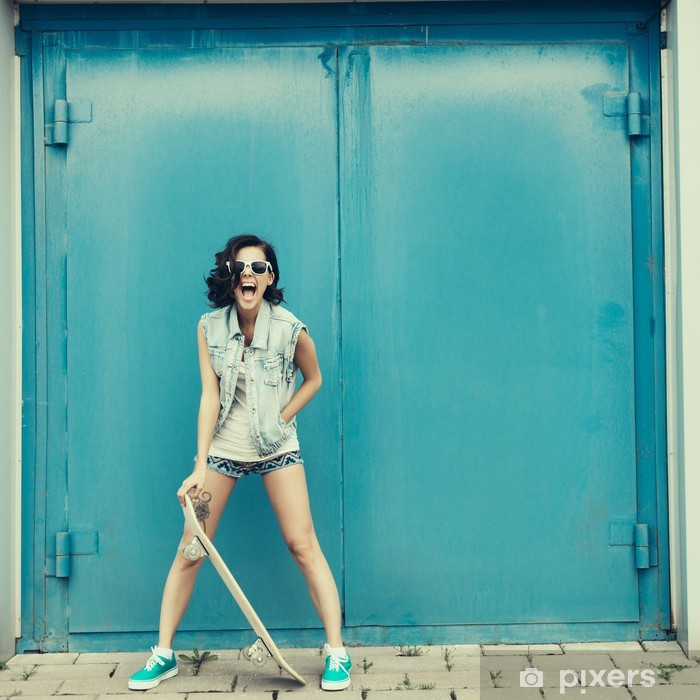 dba68c9b38783b Fototapete Junge Brünette Frau posiert mit Skateboard • Pixers ...