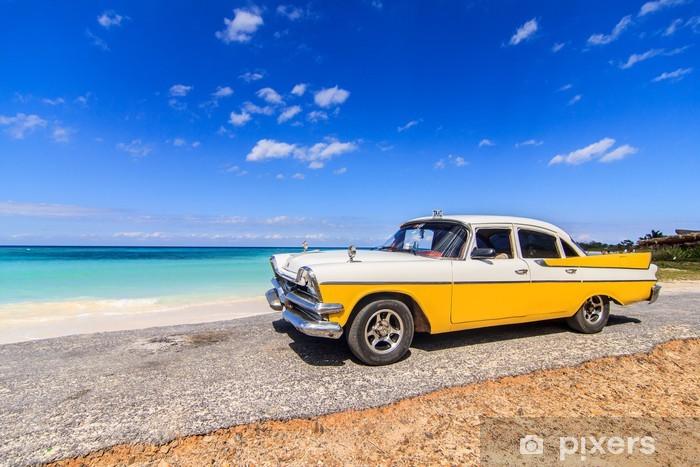 Fototapeta winylowa Klasyczne taksówki zaparkowane w pobliżu plaży, w Vinales, Kuba - Kuba