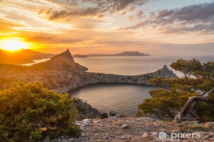 Vinyl Fotobehang Zeegezicht tijdens zonsopkomst in de bergen - Thema's