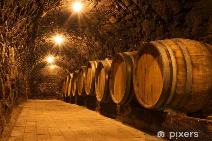 Papier peint vinyle Les fûts de chêne dans le tunnel de la cave vinicole de Tokaj, Hongrie - Thèmes