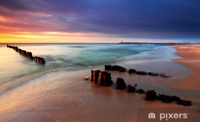 Fototapeta winylowa Morze Bałtyckie w pięknym wschodem słońca w plaży Polsce. - Tematy