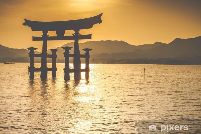 Carta da Parati in Vinile Il cancello Otorii galleggiante a Miyajima, Giappone. - Temi