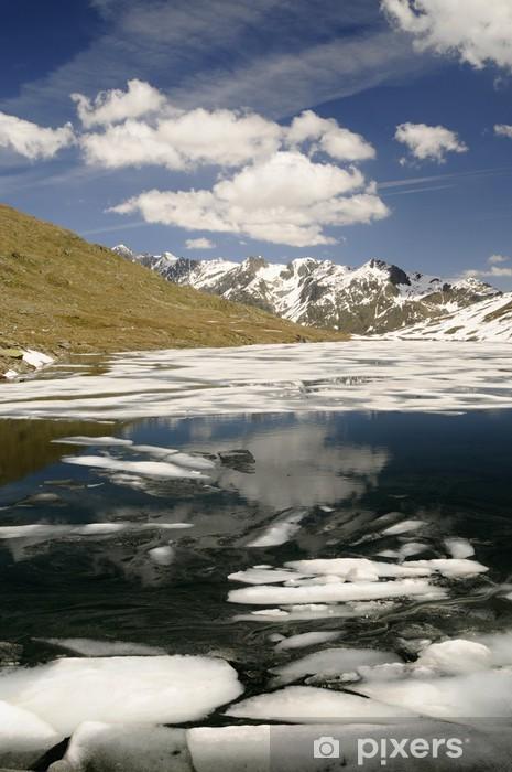 Naklejka Pixerstick Górskie jezioro z kry w górach - Tematy