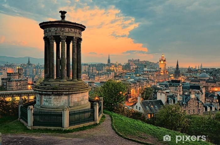 Fototapeta samoprzylepna Widok na zabytkowe centrum Edynburga w Szkocji na zachód słońca - Tematy