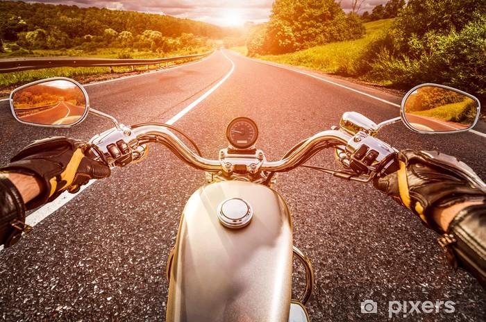 Papier peint vinyle Motocycliste sur la route - Sur la route