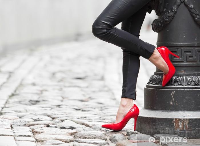 Naklejka Pixerstick Sexy nogi w czarne skórzane spodnie i czerwone buty wysoki obcas - Tematy