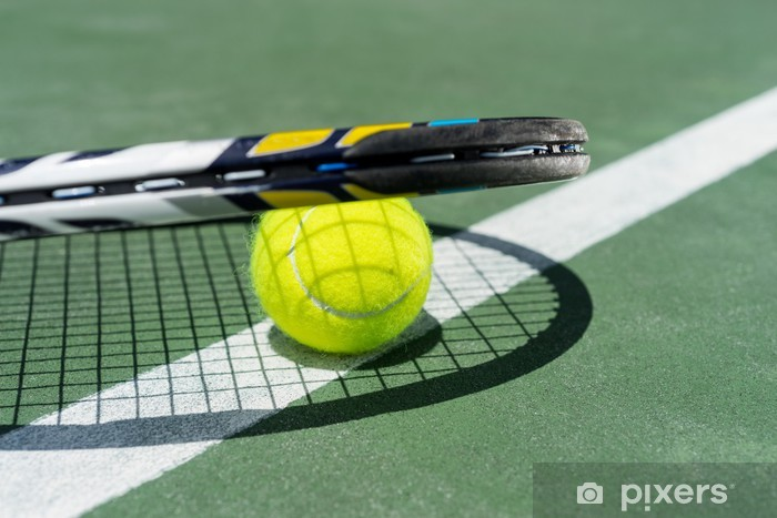 e82fd5d57bd Nálepka na notebook Pohled na tenisovou raketu a míčky na antukový tenisový  kurt