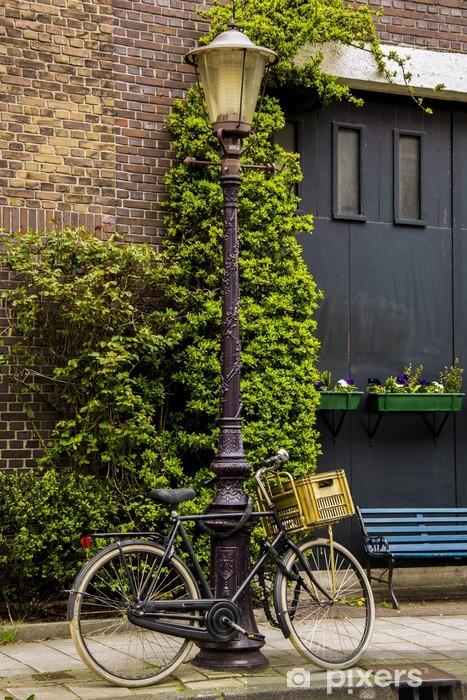 Carta da Parati in Vinile Biciclette legato a un palo della luce in Amsterdam - Città europee