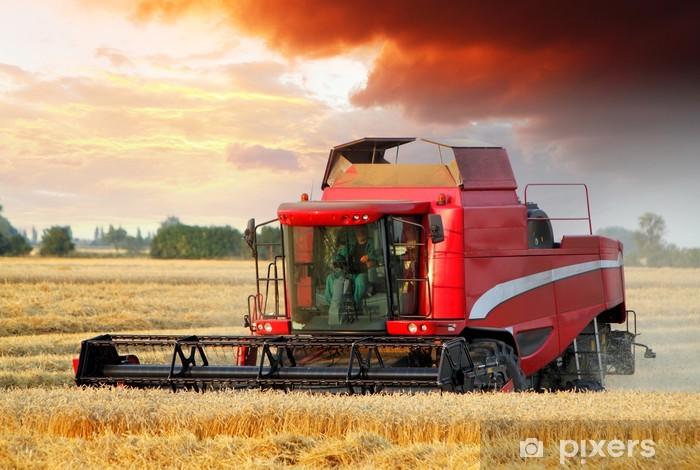 Sticker Pixerstick Champ de blé avec une machine batteuse au coucher du soleil - Agriculture