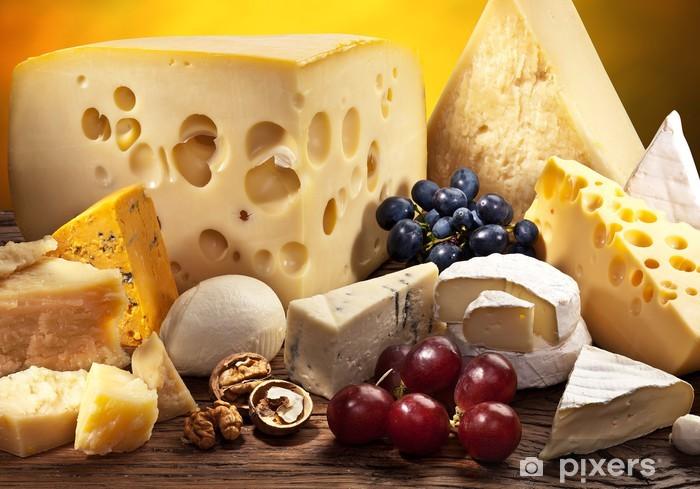 Papier peint vinyle Différents types de fromage sur la vieille table en bois. - Fromage