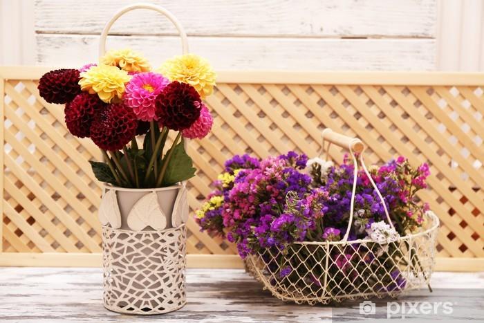 Fototapeta Winylowa Dalia Kwiaty W Wazonie Na Drewnianym Stole