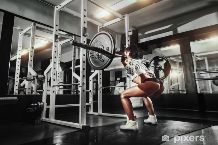 Papier peint Jeune fille sexy dans la salle de gym faire squat avec haltères 61a9edde8b9