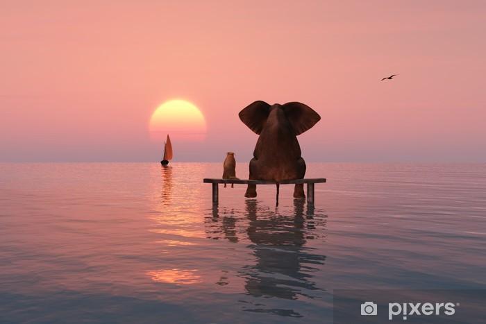 Papier peint vinyle Éléphant et le chien assis au milieu de la mer - Éléphants