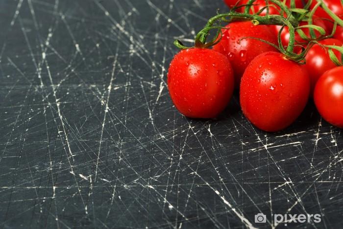Naklejka Pixerstick Ciemne tło z wiśni świeżych pomidorów - Tematy