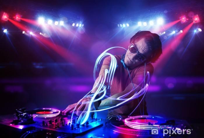 Fototapeta winylowa DJ gra muzykę z efektami świetlnymi belki na scenie - Rozrywka