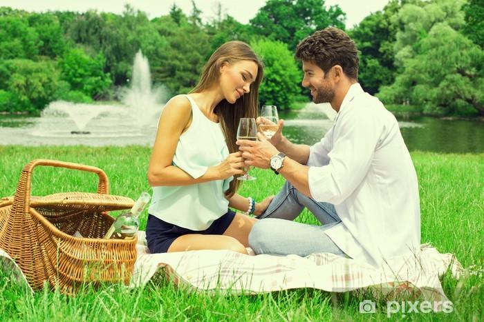 Naklejka Pixerstick Para w parku na pikniku i picia wina białego - Alkohol
