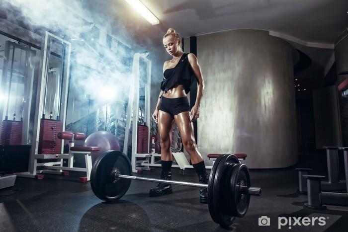 Papier peint Remise en forme jeune fille blonde se prépare à l exercice  avec haltères en salle de gym 991a1352a3e
