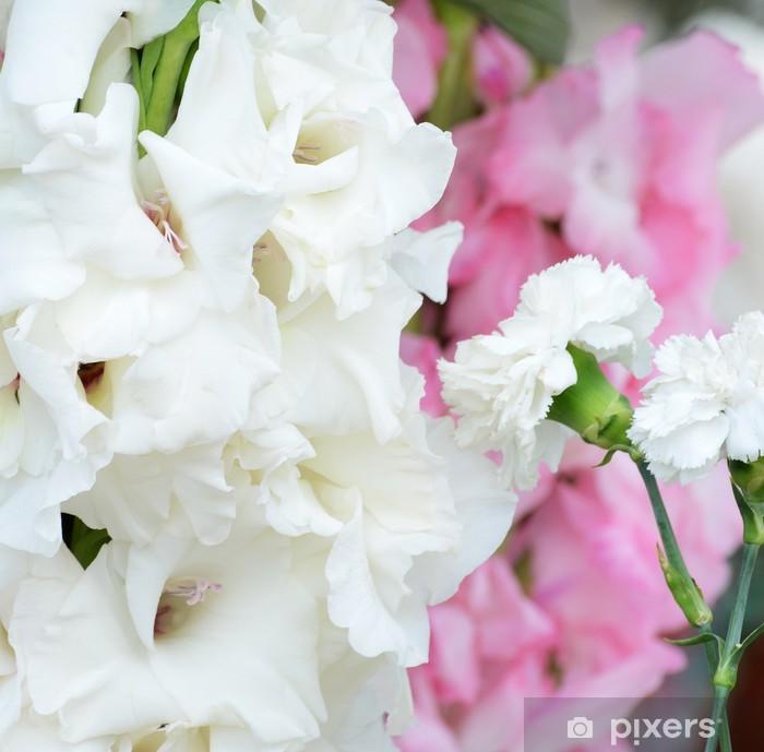 Vinyl Fotobehang Mooi boeket van witte gladioluses, op groene achtergrond - Bloemen