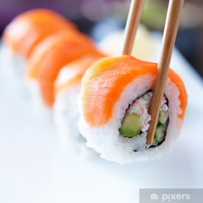 Vinyl Fotobehang Oppakken van een stukje sushi met stokjes - Sushi