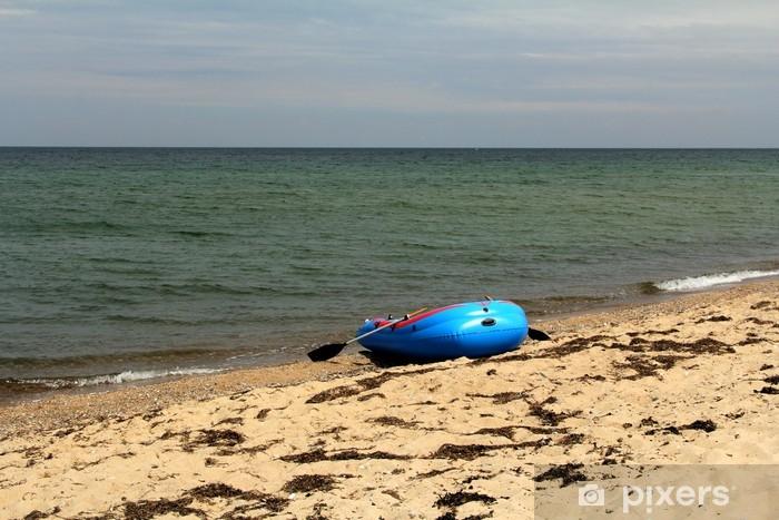 Papier peint vinyle Le bateau en caoutchouc sur le bord de la mer - Eau