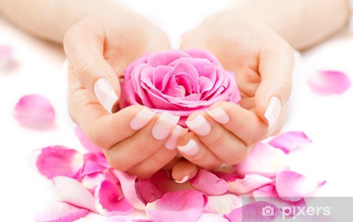 Nálepka Pixerstick Manikúra a Hands Spa. Krásná žena ruce Closeup - Životní styl, péče o tělo a krása