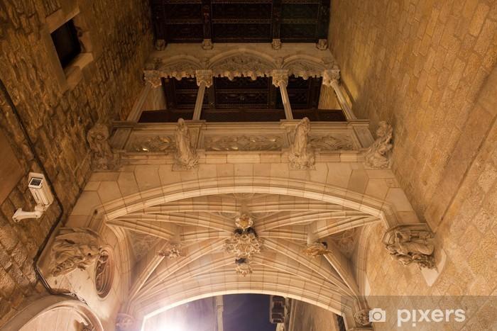 Vinyl-Fototapete Carrer del Bisbe Brücke in Barcelona - Infrastruktur