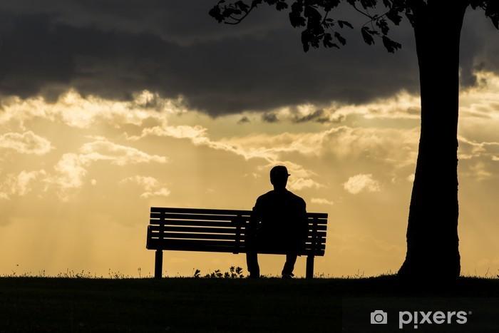 Op Een Bankje.Fotobehang Silhouet Van Een Anonieme Man Alleen Op Een Bankje Bij
