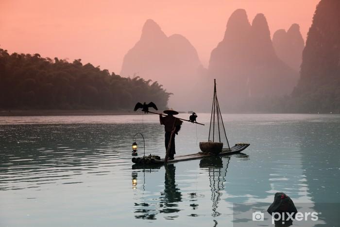 Vinyl Fotobehang YANGSHUO - 18 juni: Chinese man vissen met aalscholvers vogels in - Wildernis