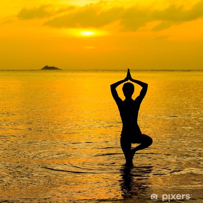 Sticker Pixerstick Yoga silhouette des femmes, travaillant sur les poses au coucher du soleil - Vacances