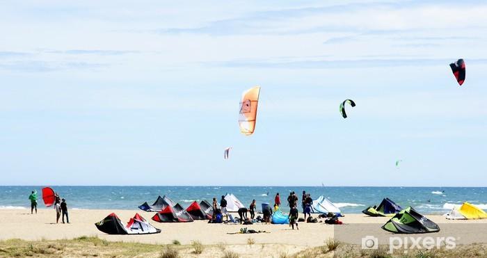 Fototapeta samoprzylepna Concentracion kitesurfingu w Castelldefels - Sporty wodne