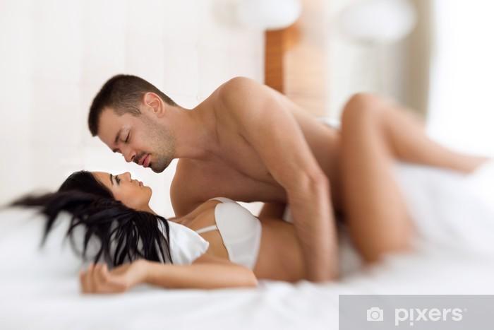 Fotomural Estándar Amorosa pareja haciendo el amor en la cama - Celebraciones