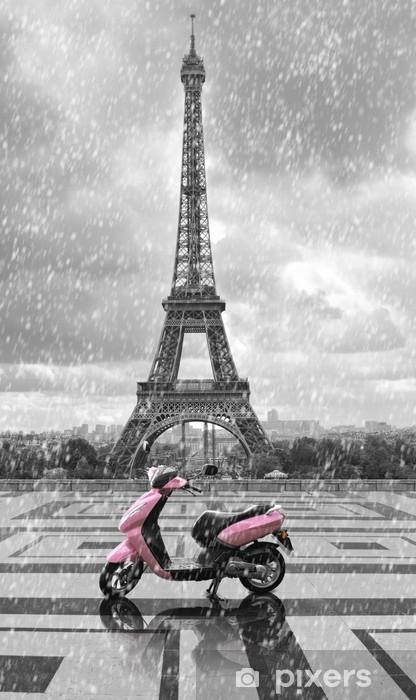Fototapeta samoprzylepna Wieża Eiffla w deszczu z różowym skuterze Paryża. black and w - Podróże