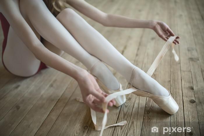 Zelfklevend Fotobehang Het aantrekken van ballet schoenen - Mensen