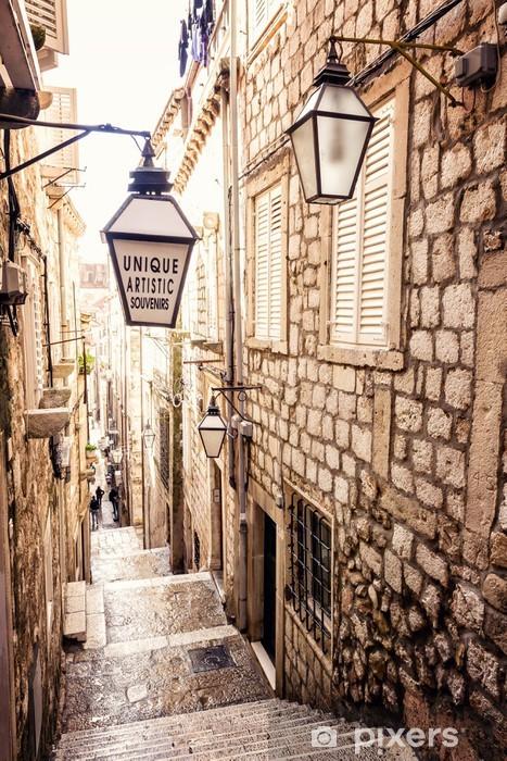 Fotomural Estándar Escaleras empinadas y estrecha calle en el casco antiguo de Dubrovnik - iStaging