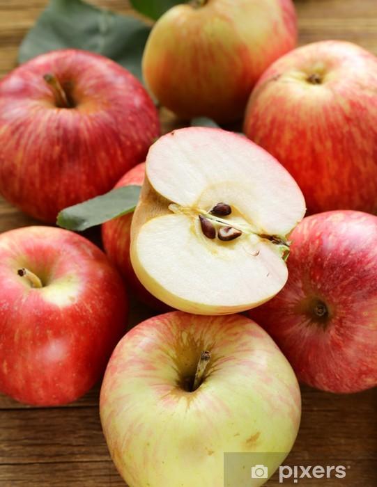 Vinylová fototapeta Zralá červená jablka podzimní sklizeň na dřevěném pozadí - Vinylová fototapeta