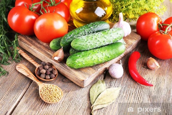 Vinyl Fotobehang Verse groenten met kruiden en specerijen op tafel, close-up - Thema's