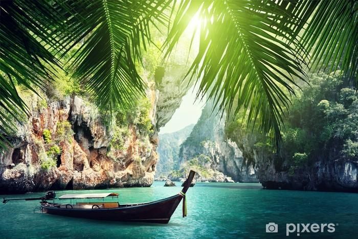 Fotomural Estándar Larga de barco y las rocas en la playa en Krabi, Tailandia - Agua
