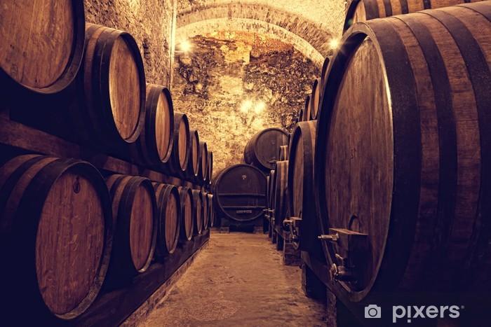 Vinilo Pixerstick Barriles de madera con el vino en una bodega, Italia - Temas