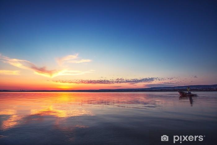 Papier peint vinyle Coucher de soleil sur le lac et la silhouette de pêcheurs - Vacances