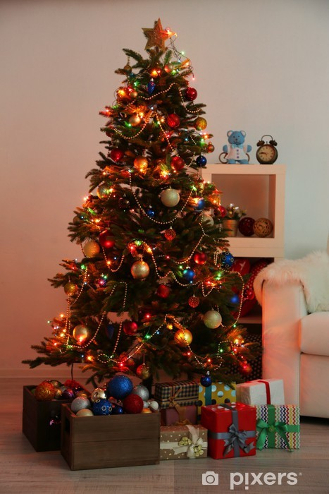 Alberi Di Natale Decorati Foto.Adesivo Albero Di Natale Decorato Su Sfondo Casa Interno Di Notte Pixers Viviamo Per Il Cambiamento