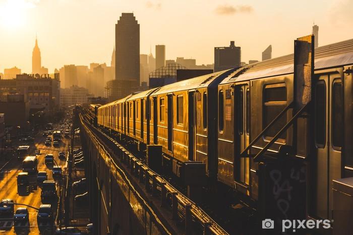 Fotomural Estándar Tren de metro en Nueva York en la puesta del sol - Estilos