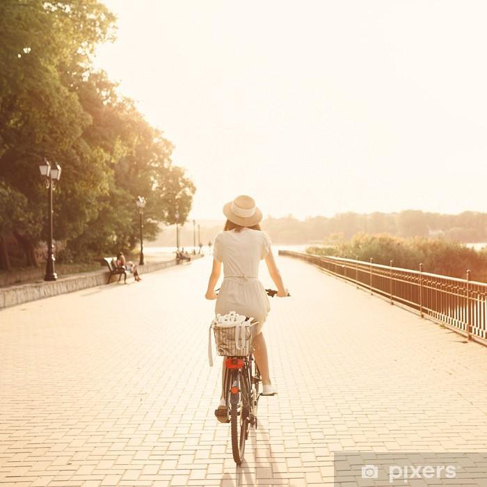 Papier peint vinyle Fille à bicyclette dans le parc près du lac. Lightleak effet une - Cyclisme