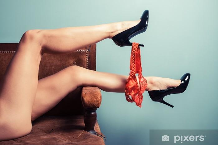 Sticker Pixerstick Femme séduisante en talons sur canapé - Thèmes