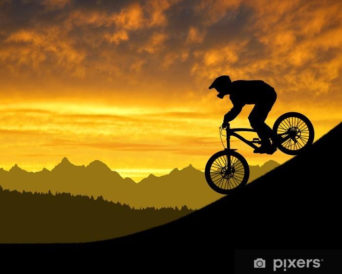 Papier peint vinyle Silhouette du cycliste sur vélo de descente au coucher du soleil - Sports individuels