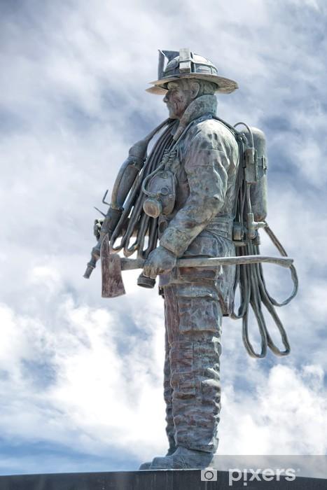 Papier peint vinyle Pompier statue sur la lumière fond de ciel bleu - Monuments