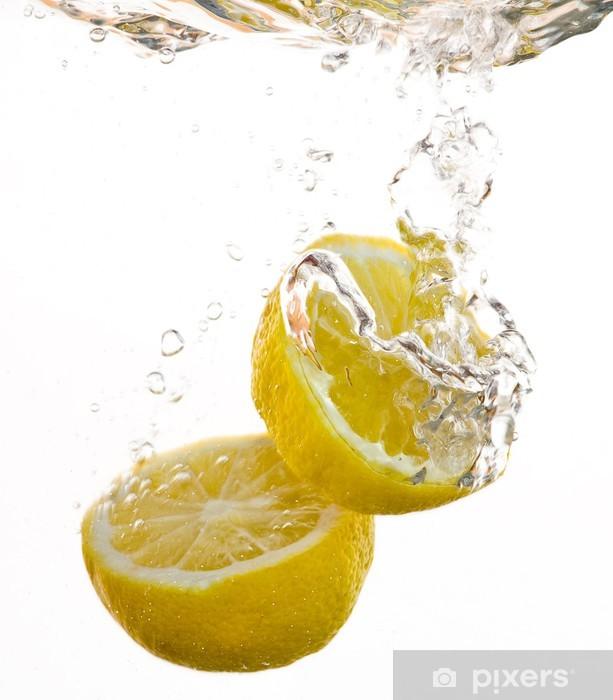 Fototapeta winylowa 2 połówki cytryny popadnięcia w wodzie i pęcherzyków - Owoce