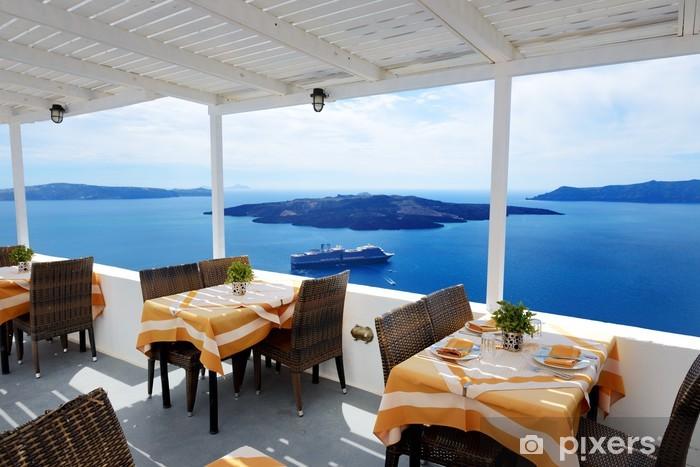 Fototapeta winylowa Taras z widokiem na morze w restauracji w luksusowym hotelu, Santorini - Wakacje