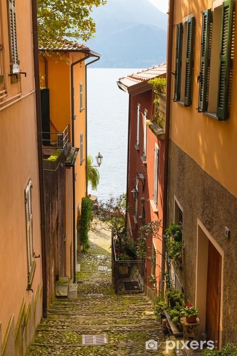 Fototapeta winylowa Widok na Jezioro Como z włoskiej jednej z wąskich uliczek - Tematy