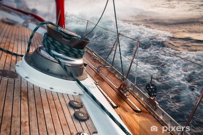 Fotomural Estándar Barco de vela bajo la tormenta, detalle en el cabrestante - Deportes acuáticos